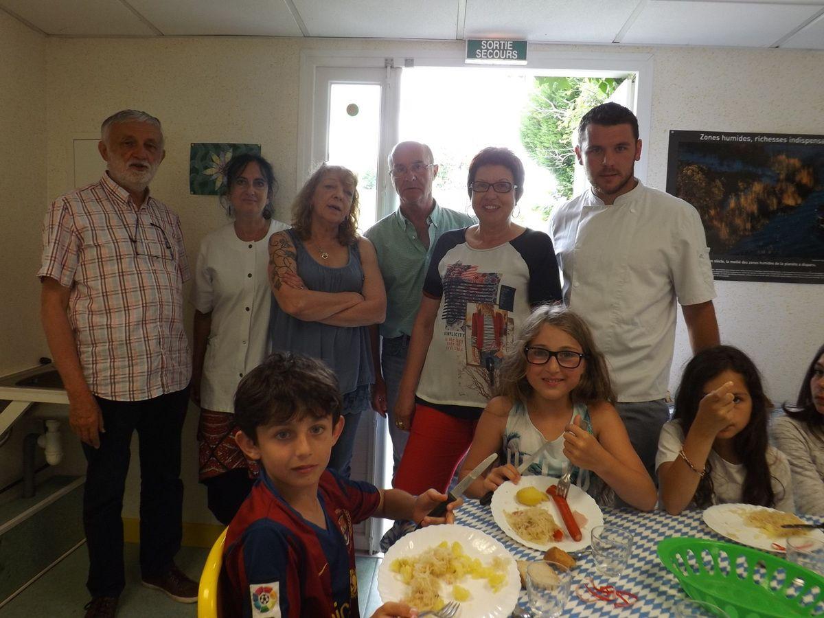 Repas bavarois : l'équipe ayant participé au service de la centaine de repas dégustés pour l'occasion.