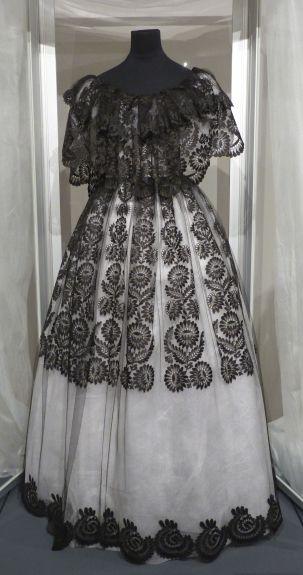 """Dentelle de Neuchâtel de soie noire dite """"blonde noire"""" pour cette robe de la reine Elisabeth-Louise de Prusse en 1842."""