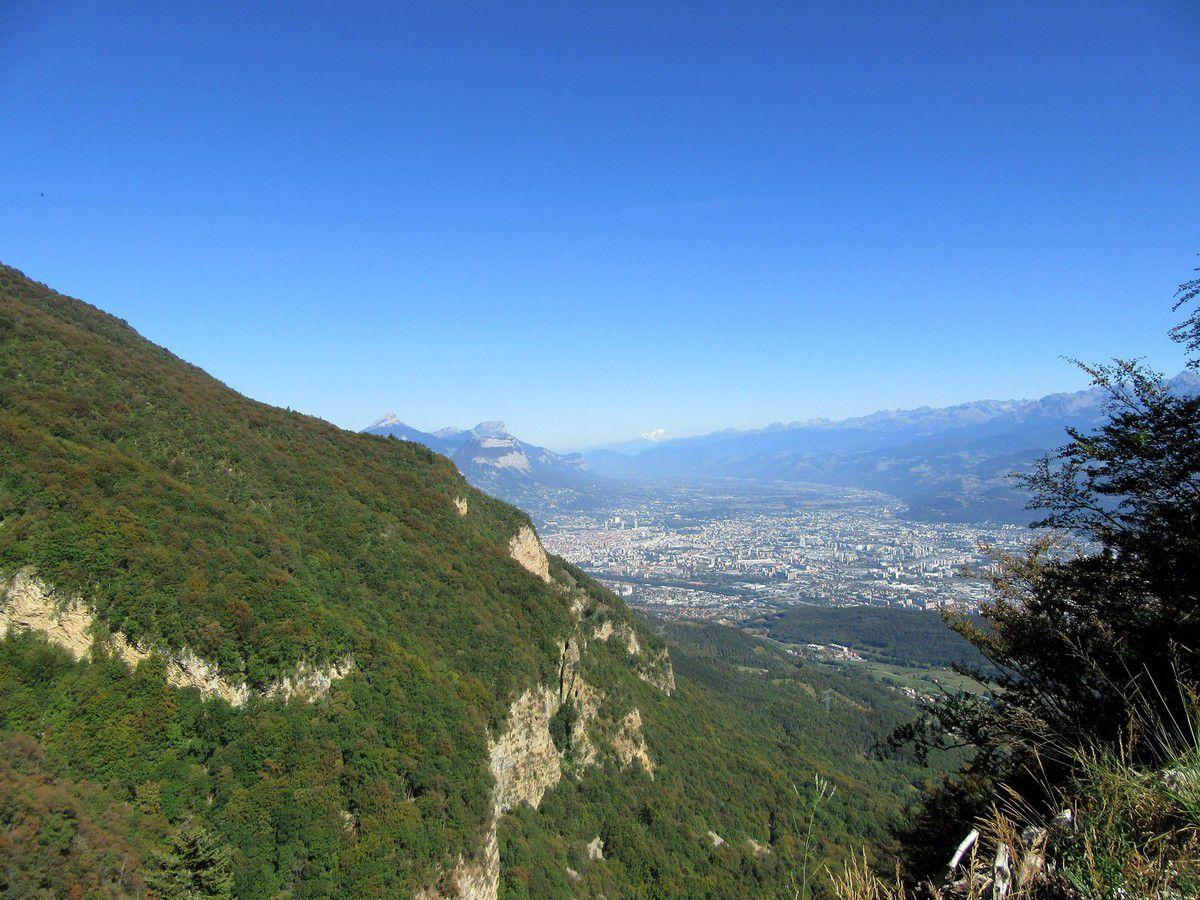 Vue sur le Mont Blanc et sur l'agglomération Grenobloise depuis la Combe au départ du sentier de la vie.