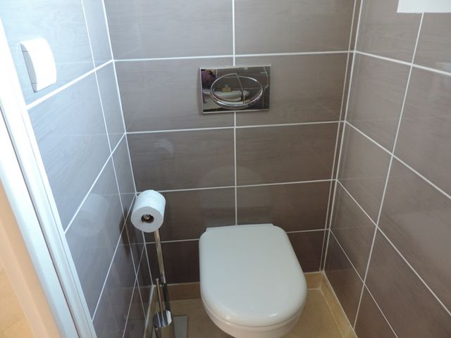 Realisation carrelage dans toilette fabrice renovation for Modele carrelage toilette