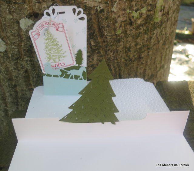L'intérieur est travaillé de façon à y glisser une carte cadeau à le place du sapin.