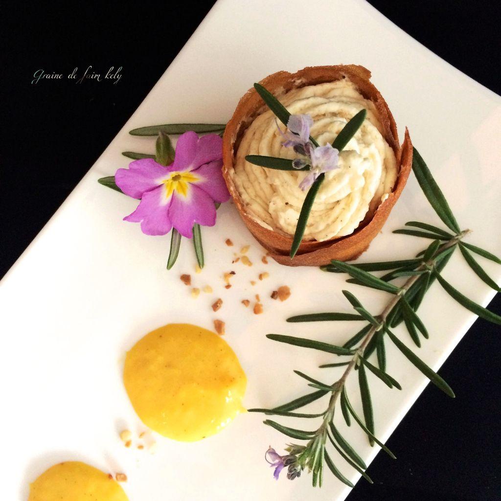 Mousse de banane, gaufrette croustillante et curd mangue passion