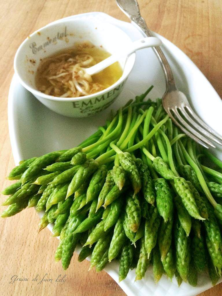 Salade d'asperges sauvages, vinaigrette à l'oignon et moutarde à l'ancienne
