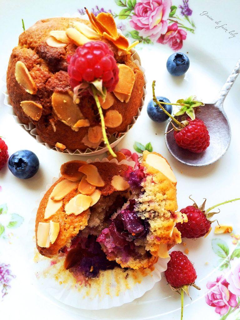 Muffins amande, myrtilles et framboises du jardin