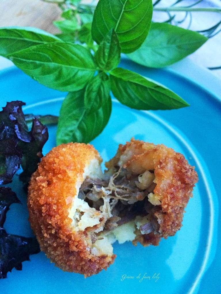 Cromesquis de pomme de terre au confit de canard et oignons doux