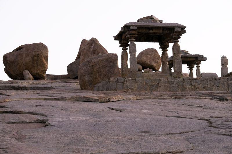 sur la colline derrière le grand temple d'Hampi