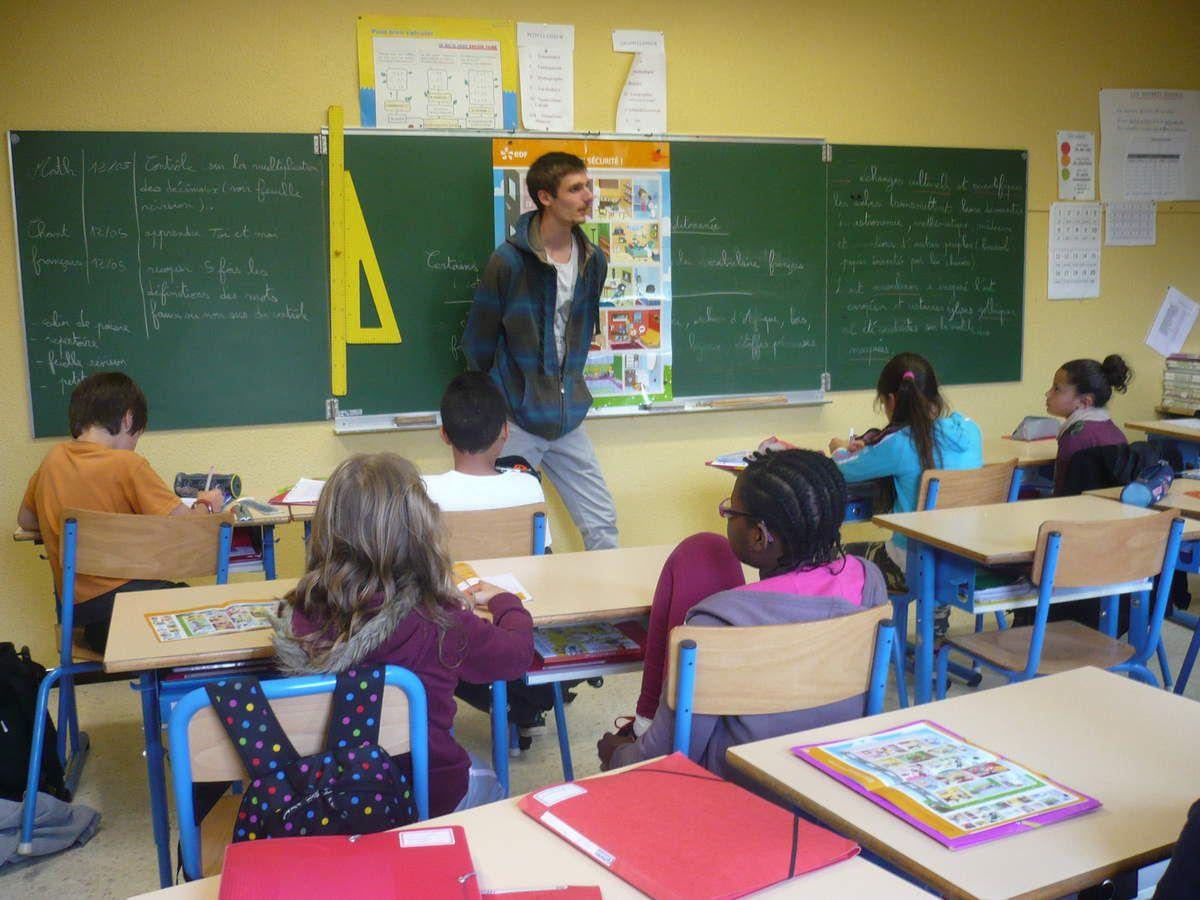 Les élèves montpelliérains travaillent avec un étudiant sur un sujet qui doit partir en Haïti. Les travaux seront affichés dans les classes en fonction des choix des thèmes, puis dans la bibliothèque.