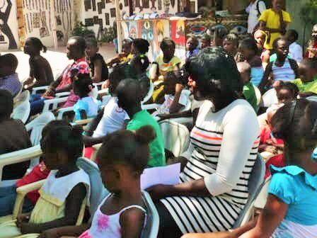 Installation des participants à la manifestation, beaucoup d'enfants et d'adolescents inscrits aux ateliers créatifs, de médiation à la lecture ou de soutien scolaire.