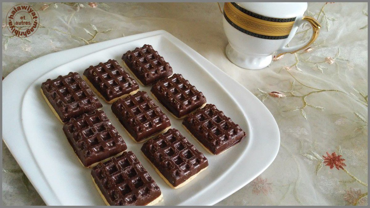 biscuits mini gaufres au chocolat noir et roses au chocolat blanc