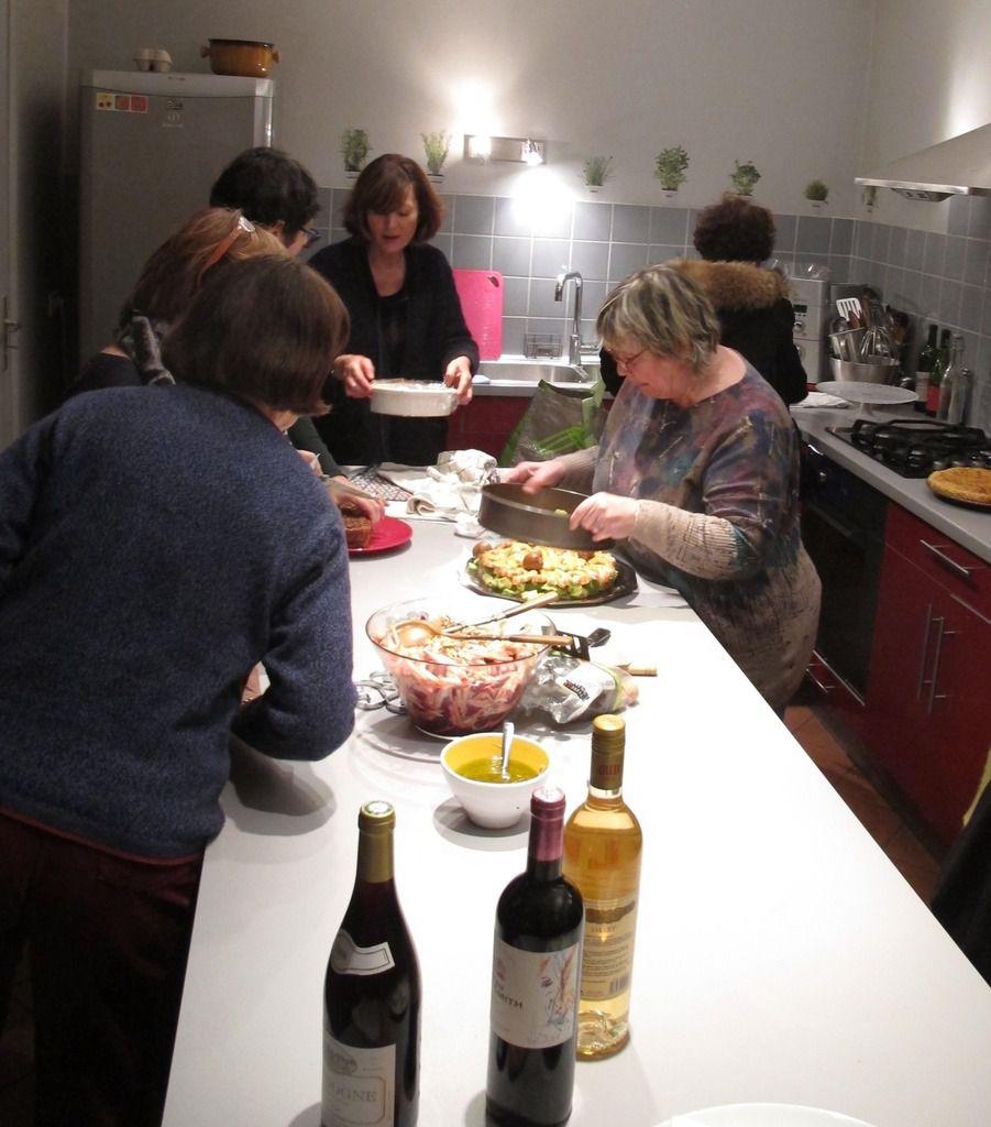 En cuisine : préparation des mets apportés par chacune.