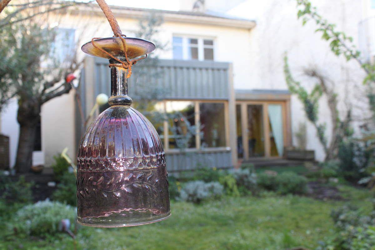 des bourgeons par ici, des fleurs par là, des verres et des théières suspendus et chuuuuut....des mésanges qui couvent dans le nichoir! Vous êtes bien dans le jardin de la Maison des 5 Sens!