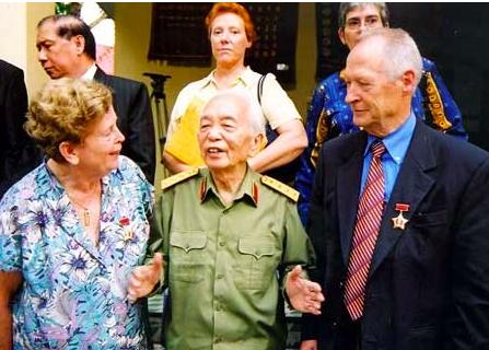 Raymonde Dien, le Général Giap, Henri Martin  Hanoi - Septembre- 2004