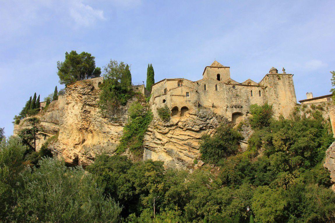 Au moyen âge, les habitants sont contraints de se retrancher sur les hauteurs en trouvant refuge sur le rocher escarpé.