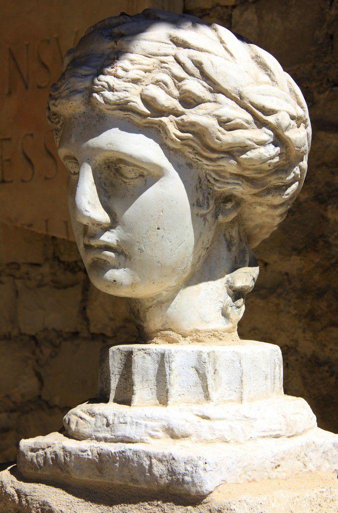 Cette sculpture en marbre blanc a été retrouvée dans la maison d'Apollon Lauré.
