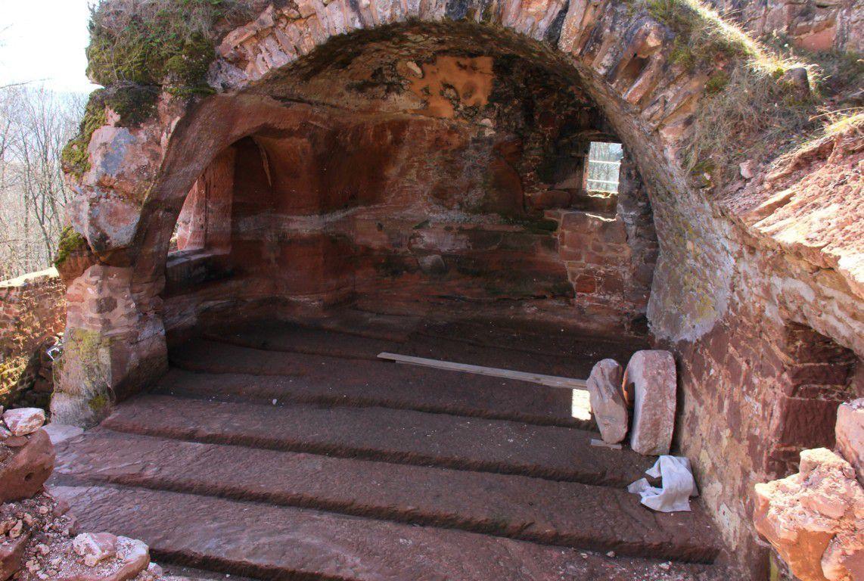 La salle troglodyte a été nettoyée révélant les rainures où logeaient les poutres portant le plancher.
