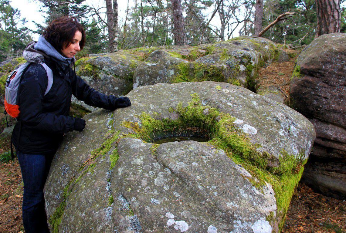 On compte pas moins de 100 cupules aux rochers des Géants !