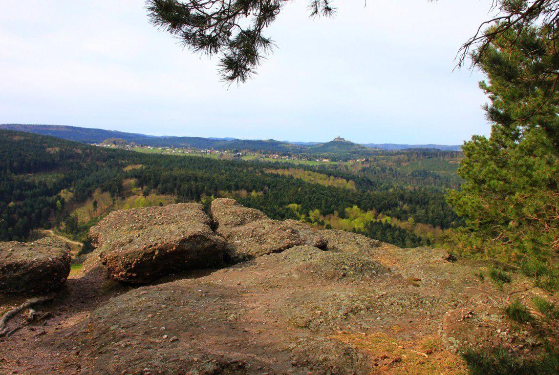 Le sommet de la Geisfels avec vue sur le rocher de Dabo.