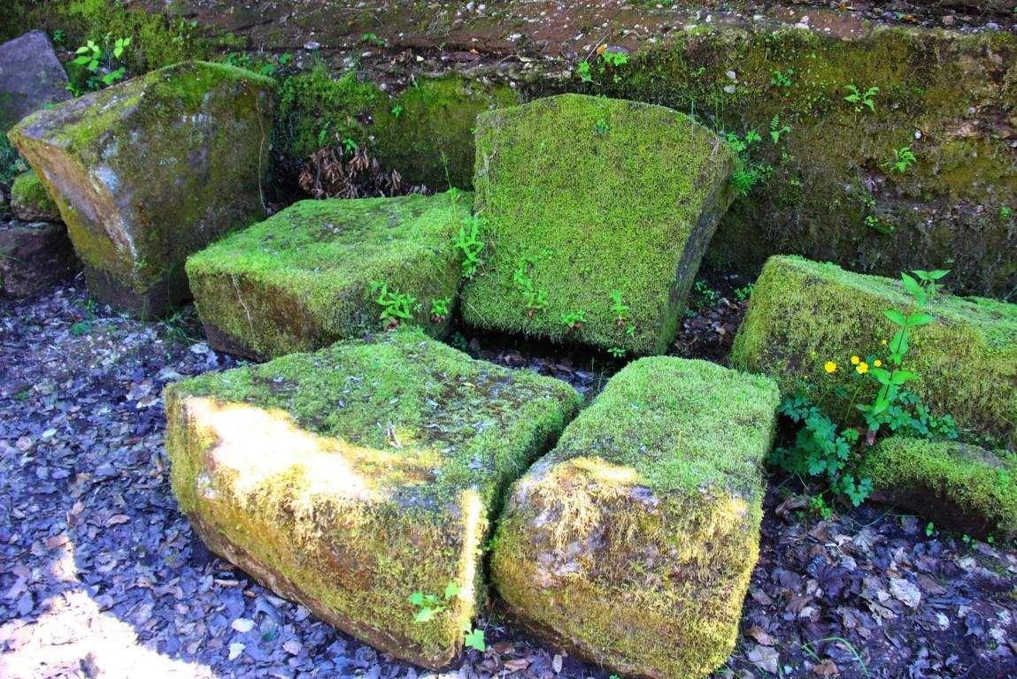 D'autres blocs de grès attendent dans l'ombre..