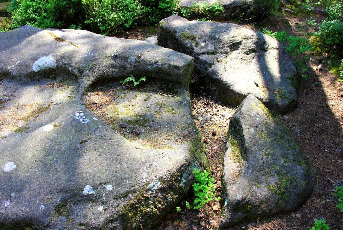 Certaines pierres sont brisées...