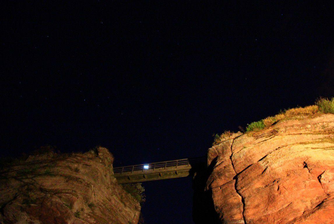 Le pont du Diable sous un ciel étoilé.
