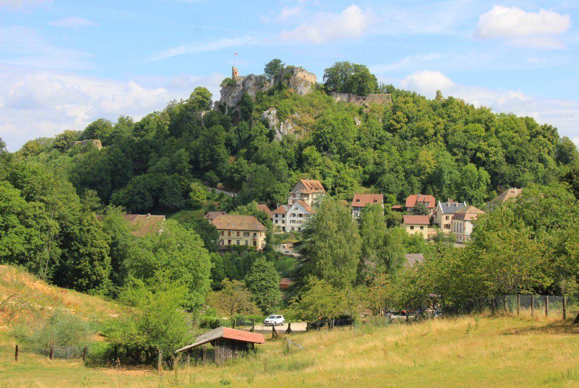 La forteresse domine la ville de Ferrette et verrouille le passage du Jura alsacien.