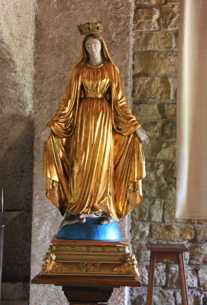 Cette statue de la Vierge se trouve dans la petite chapelle à l'étage.