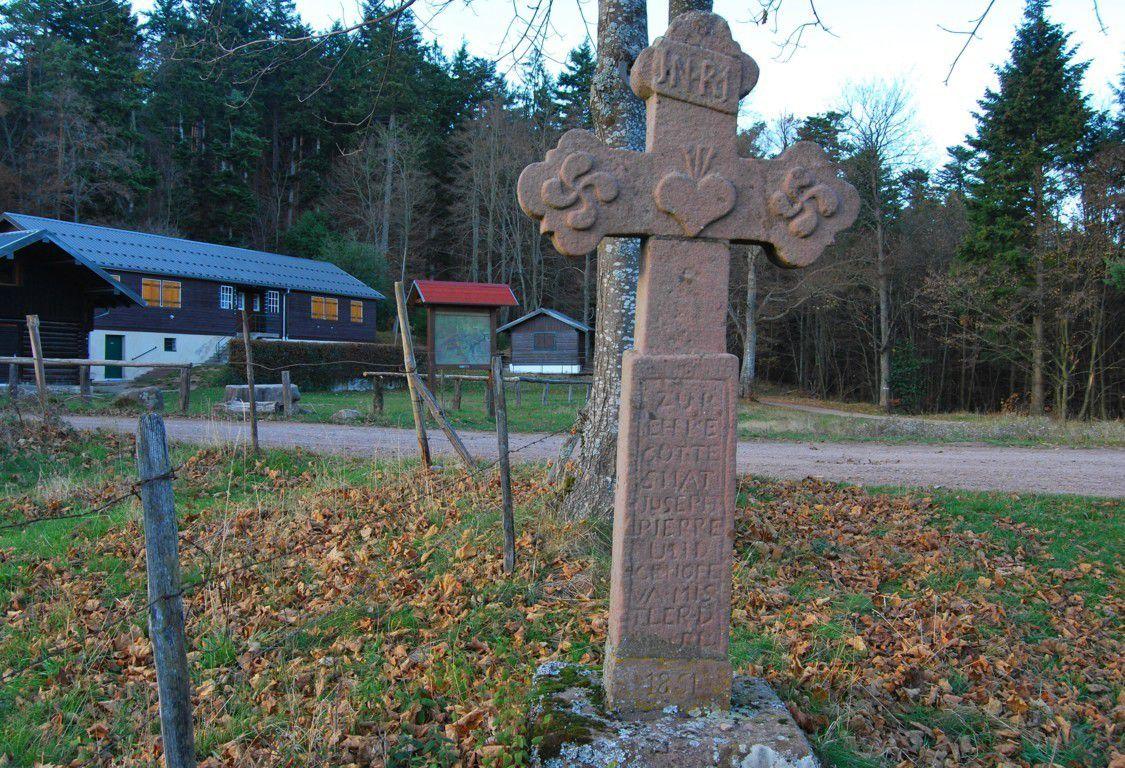 Une belle croix trilobée ornée de croix de la vie.