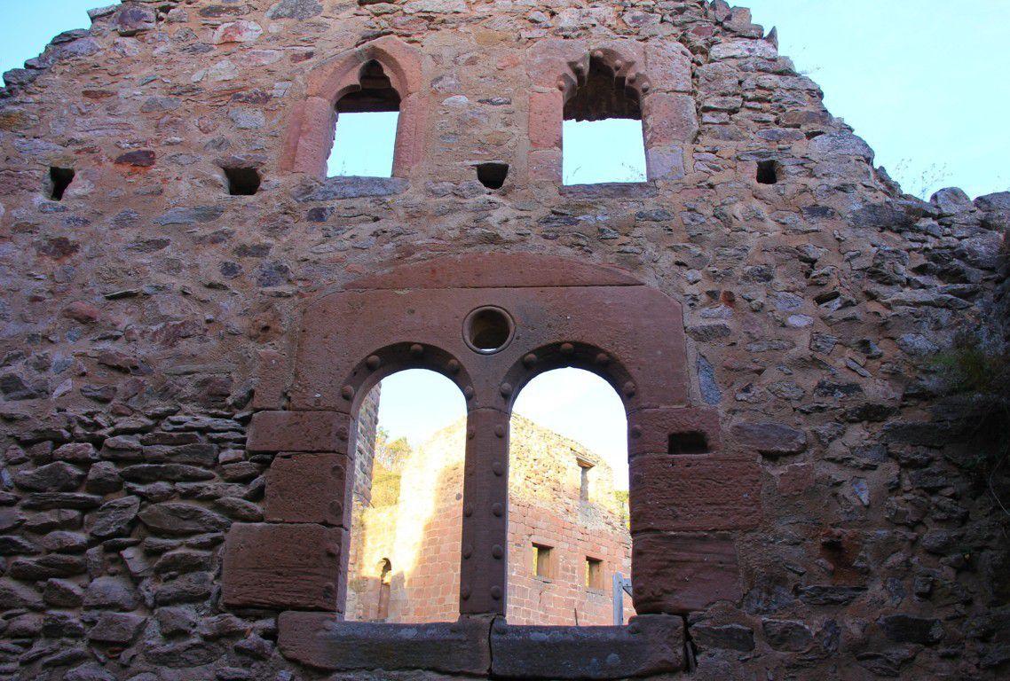 La façade de la chapelle reflète la puissance et la fortune des sires de Rappolstein par ses belles fenêtres romanes à bossage.