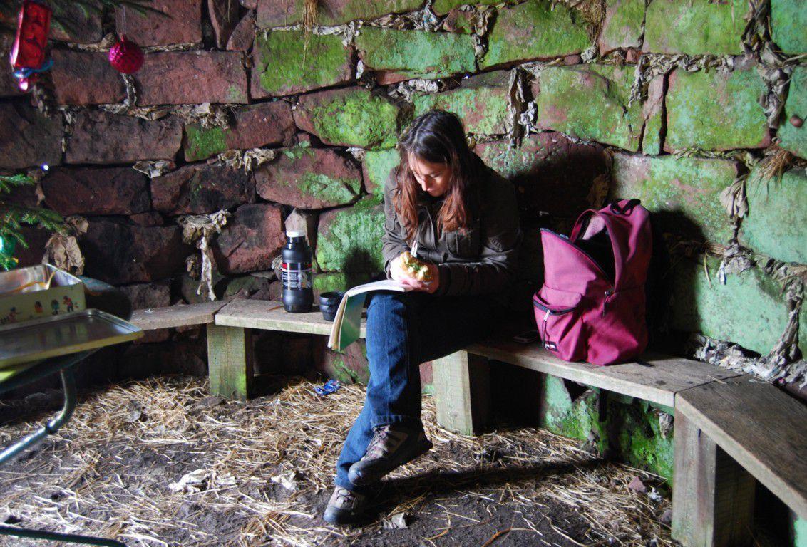 Une randonneuse laisse une trace de son premier passage à la Haute Loge.