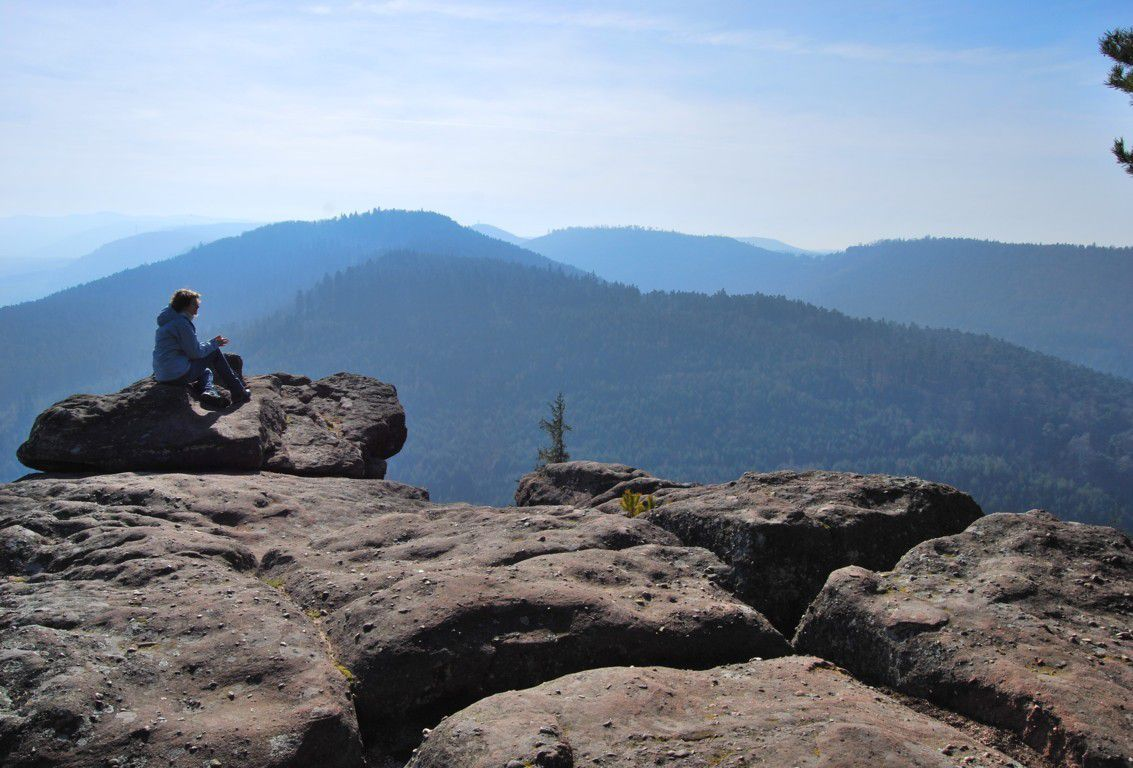 Promeneuse se ressourçant au sommet du rocher du Brotsch.