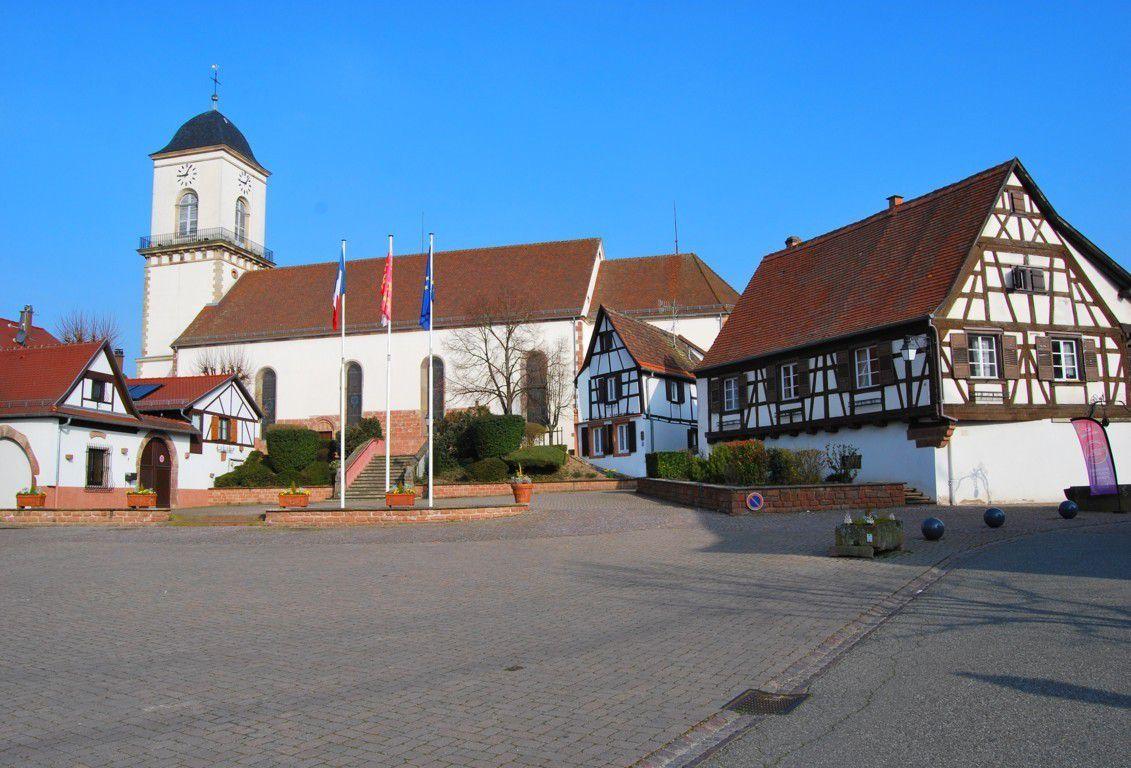 Vue sur l'église Sainte Richarde de Marlenheim depuis la place de la mairie.