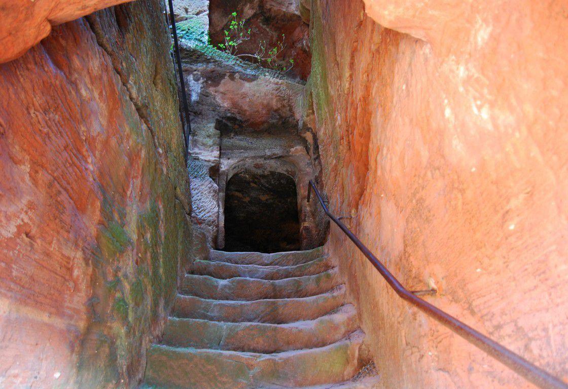 Le premier niveau ainsi que l'escalier sont entièrement taillés dans la roche !