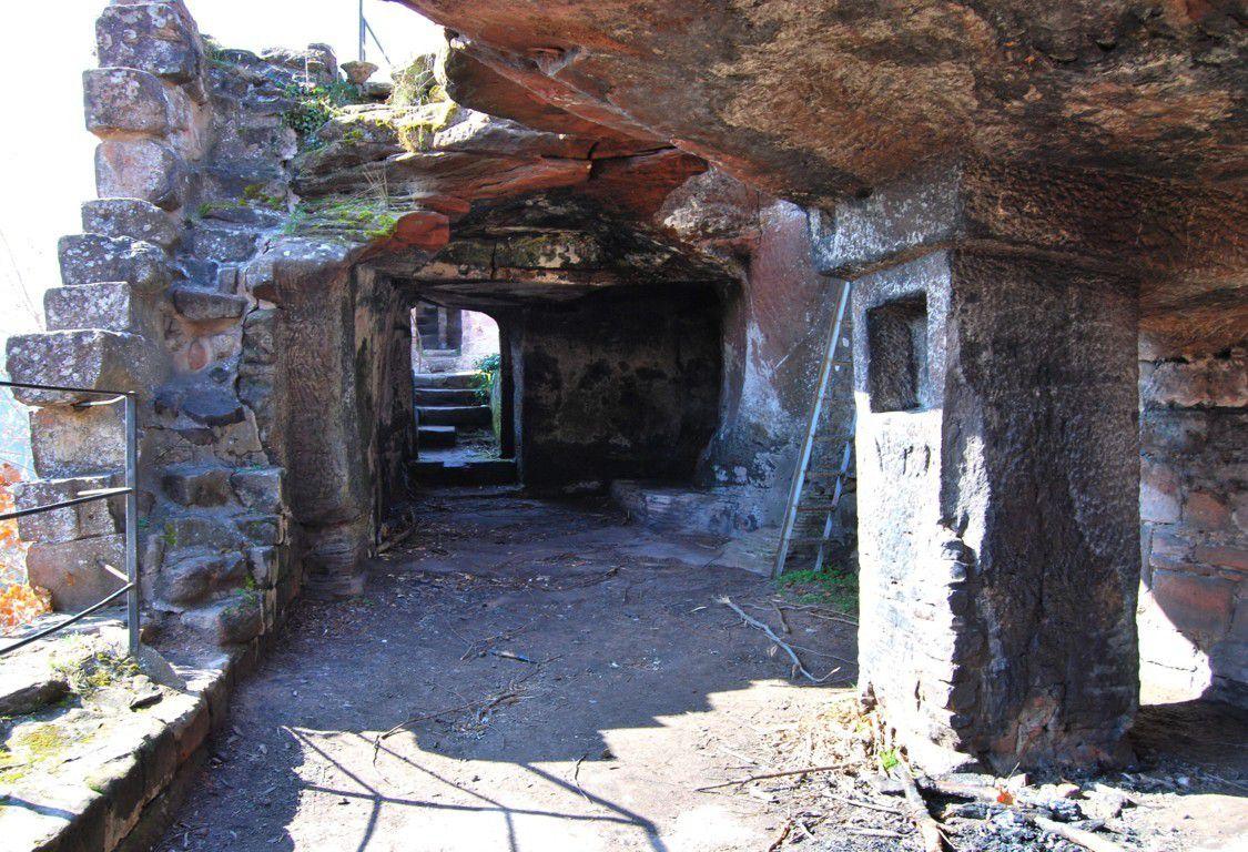 Les deux châteaux sont en partie troglodytiques comme en témoigne cette salle portée par un pilier central entaillé d'une niche.