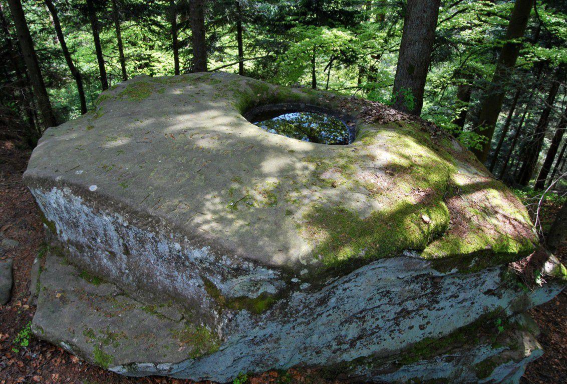 Cette pierre à bassin se trouve dans l'enceinte du camp gaulois. Elle se nomme pierre de la Poêle ou Bechot des corbeaux