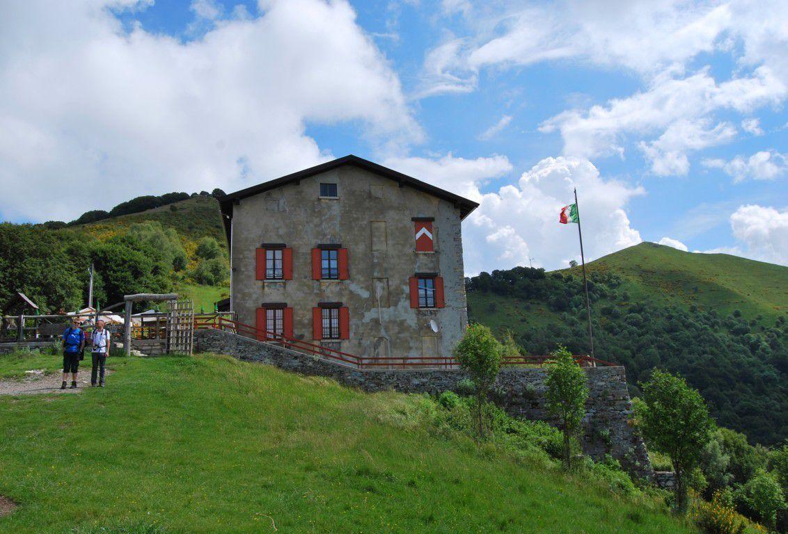 Mais d'abord une petite halte au refuge Murelli (alt 1200m.)