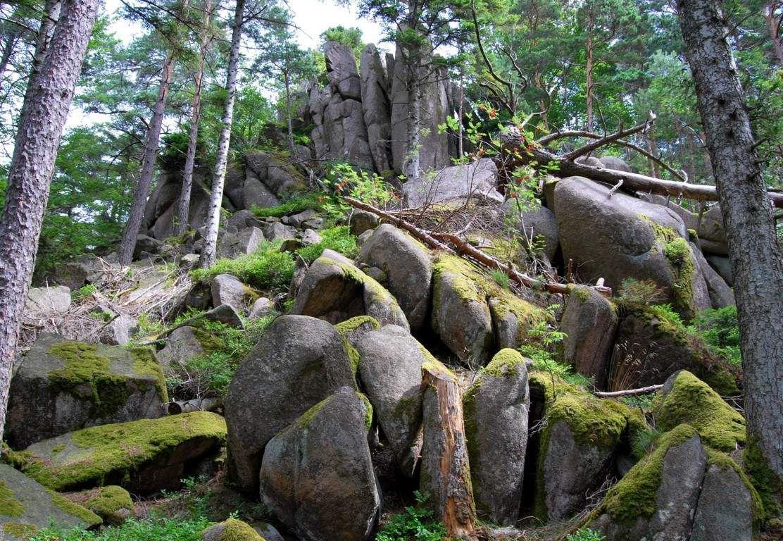 Et là, les mystérieux blocs de granite gris ...