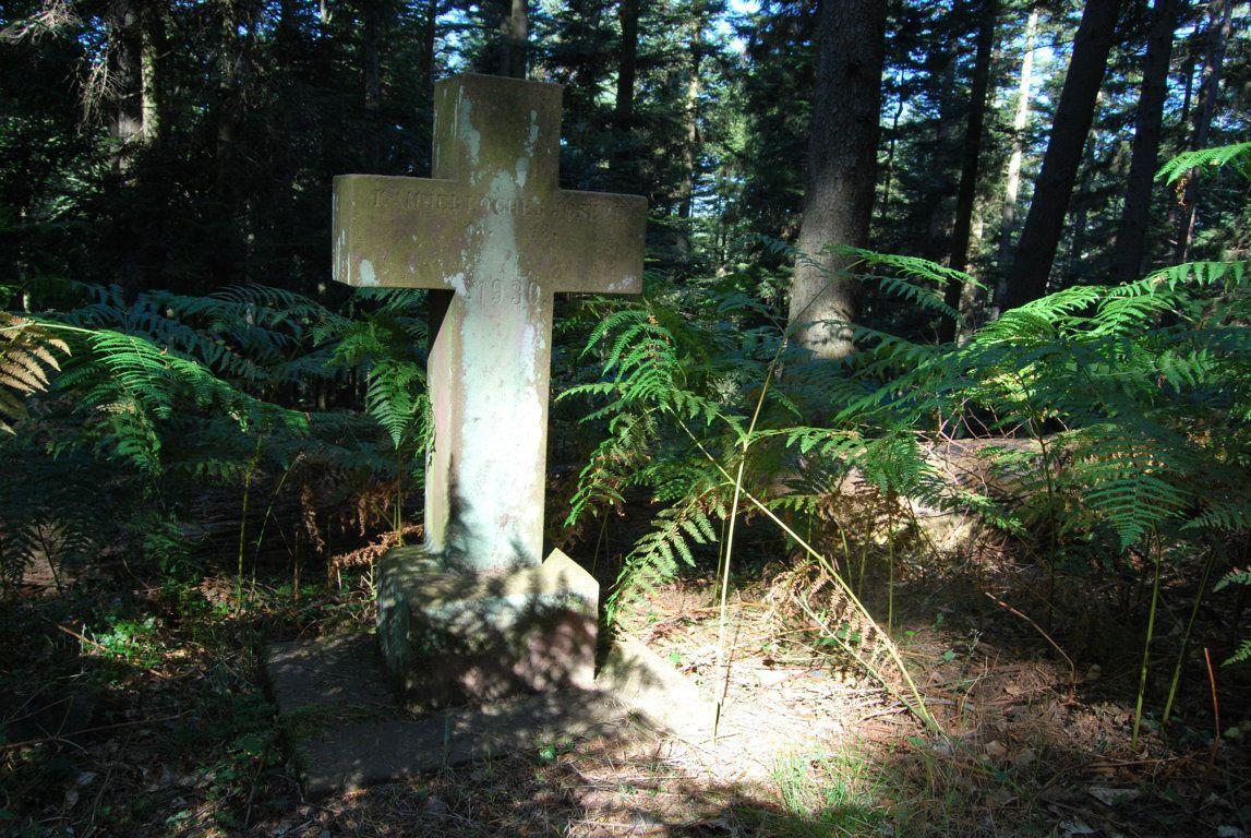 La croix du Kammerlocher Sepp. Joseph naquit le 17 novembre 1885 et exerçait le métier de bûcheron à Reinhardsmunster. Il mourut le 13 décembre 1930 des suites de ses blessures dûes à un accident en forêt