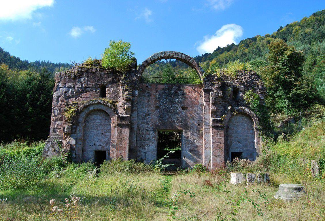 Pendant longtemps, les ruines de l'abbaye de Niedermunster servirent de carrière de pierres pour diverses constructions. Elles feront prochainement l'objet d'une restauration
