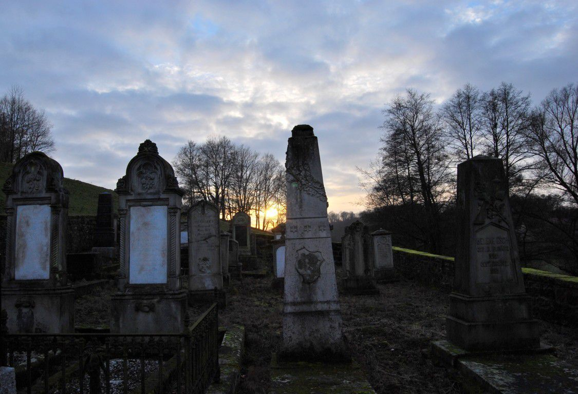 Pas loin de la chapelle se trouve le cimetière Mennonite. Les Catholiques refusant d'inhumer les anabaptistes dans leur cimetière, il leur fallait acheter un bout de terrain pour y enterrer leurs morts