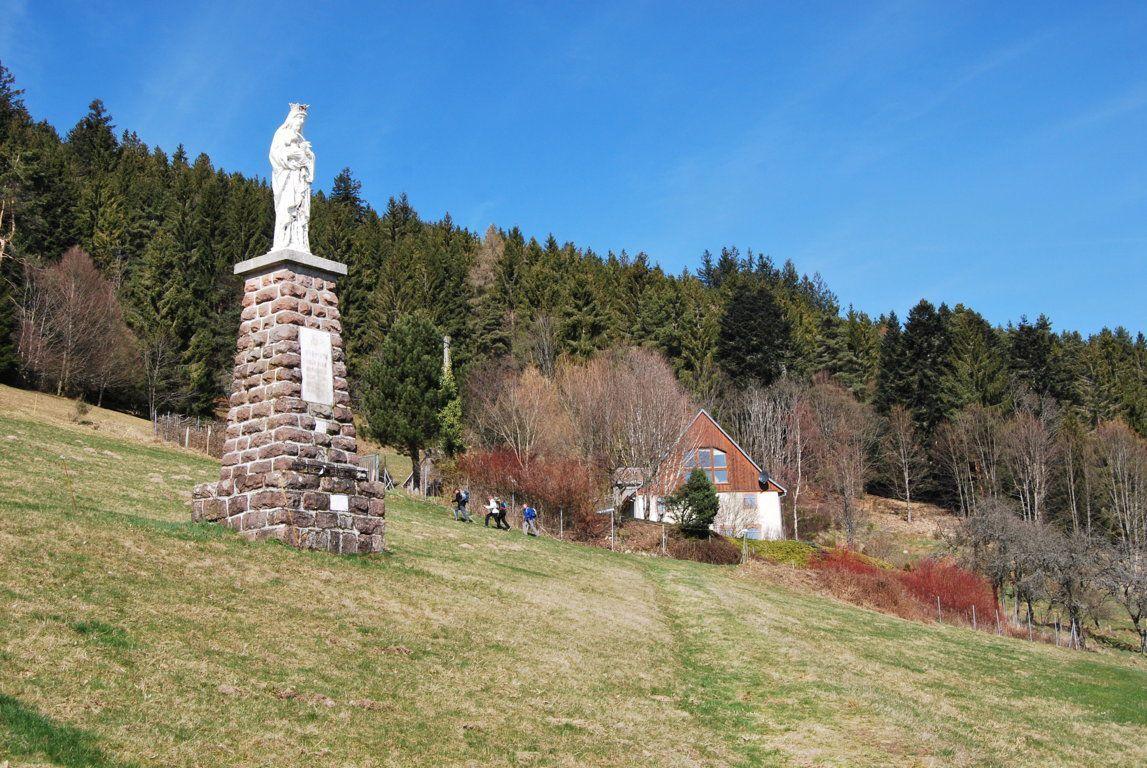 Les fermiers ont érigé une grande statue de la Vierge à Obermatten en guise de remerciement d'un fait miraculeux qui s'est produit en 1688