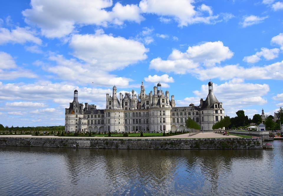 Le château de Chambord se mire dans les eaux du Cosson
