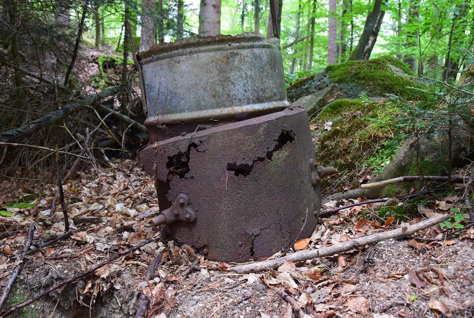 Un alambic dans la forêt, dommage qu'il soit percé ...