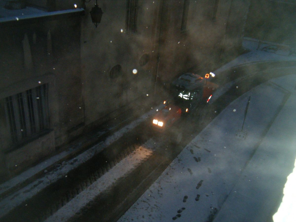 le tracteur chasse-neige de la mairie sale les rues la nuit