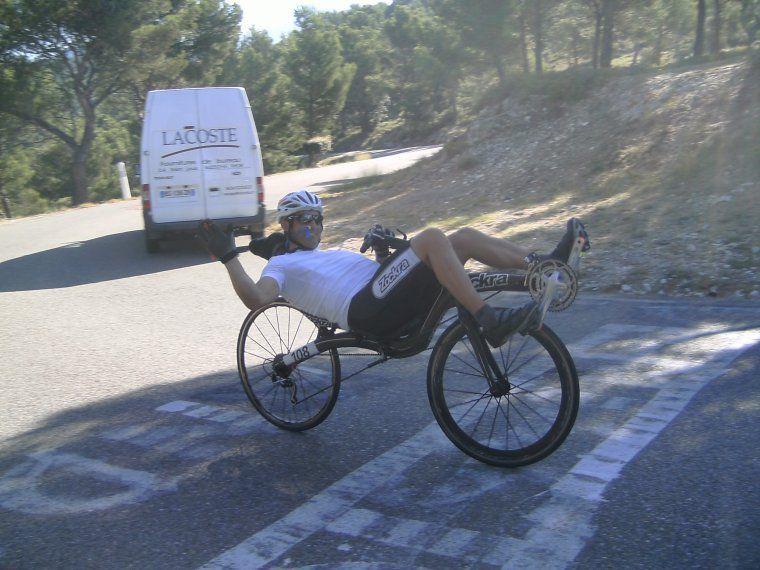 un cyclo sur un vélo couché