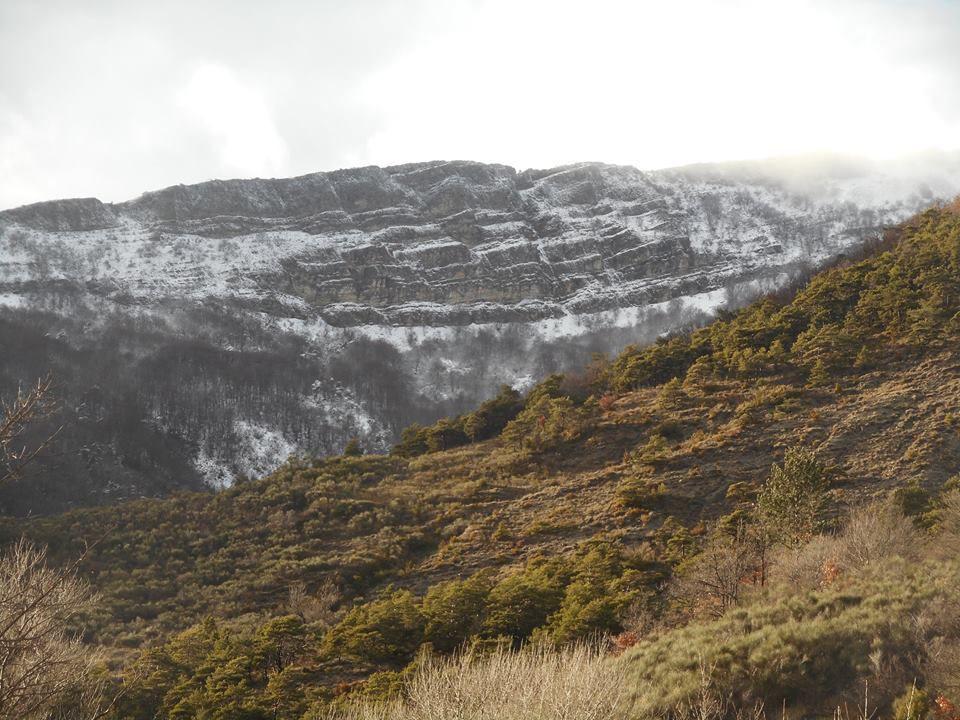 vue sur le rocher garaux enneigé
