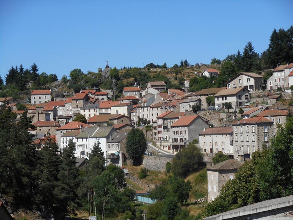 le joli village d'Auroux, au coeur de la vallée du Chapeauroux