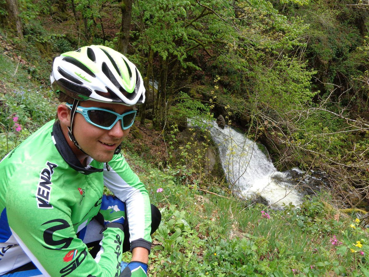 je pose devant la cascade (photo Eric)