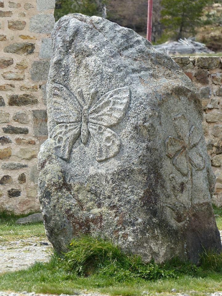 belle sculpture sur roche