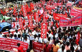 Des Indiens tentent de prendre un train à la gare de Secunderabad, lors d'une grève des travailleurs de 24 heures, le 2 septembre 2015 (AFP/NOAH SEELAM)