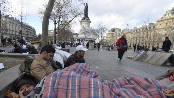 Place de la République, un jour ordinaire : camp de migrants afghans  le 21 décembre 2015...Mais dimanche, elle - la place comme la République - fait place net : François Hollande la réquisitionne...pour mémoire, un an avant les élections présidentielles - providentielles ?- ...